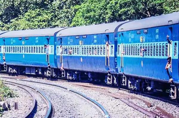Thiruvananthapuram, News, Kerala, Train, Railway, Toilet, Passenger, Passengers, Passenger trapped in railway toilet; rescued by co passengers