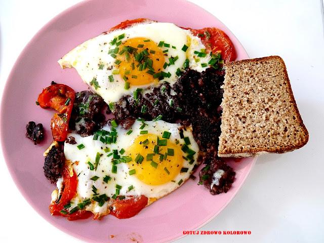 Jajka sadzone na pomidorach i kaszance - Czytaj więcej »