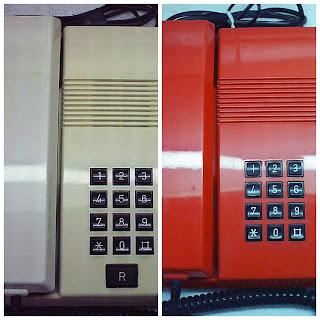 Imagen del Teléfono Teide. Se trata de una base rectangular dividida a la izquierda por el auricular y a la derecha el marcador de 13 teclas (0-9, Almohadilla, Asterisco y Rellamada). También aparece otro modelo rojo sin la tecla R (rellamada)
