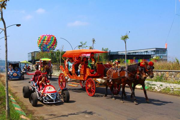 Berkeliling dengan delman di Kampung Gajah Wonderland Bandung