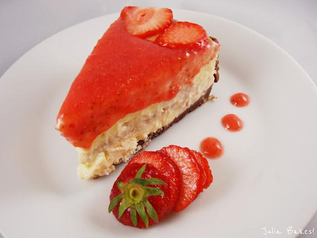 ein Stück Erdbeer-Käsekuchen