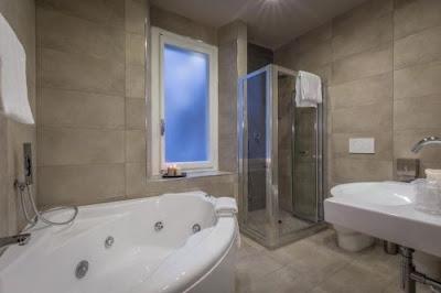 Concendersi dei momenti di relax in una vasca idromassaggio: Camere a Firenze che offrono questa possibilita'.