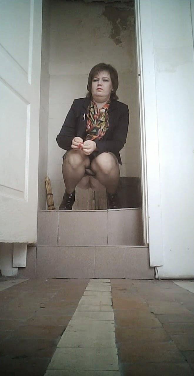 Скрытая камера в деревенском туалете в хорошем качестве
