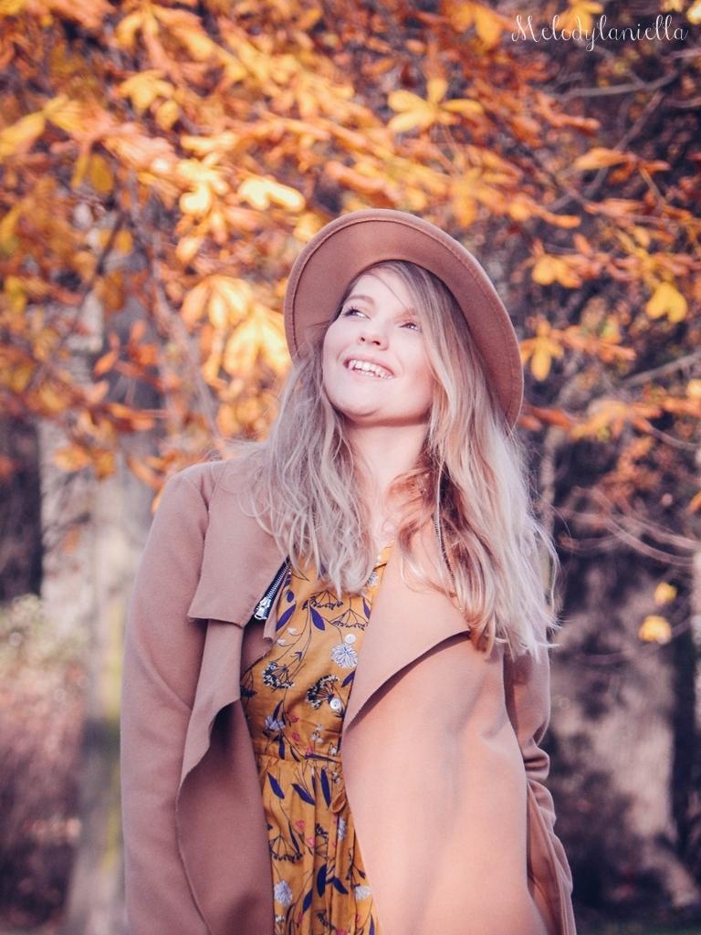 3 beżowy wiązany płaszcz na jesień wiosnę zimę beżowy kapelusz jak nosić kapelusz sukienka na jesień żółta w kwiaty zegarek daniel wellington kod rabatowy promocje rosegal zaful opinie moda fashion blogerka łódź