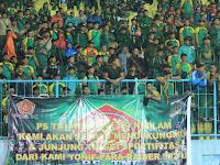 Kemeriahan Suporter Divif 2 Kostrad dalam Laga  PS TNI VS Arema Cronus