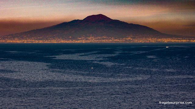 Vulcão Vesúvio visto de Sorrento, Itália