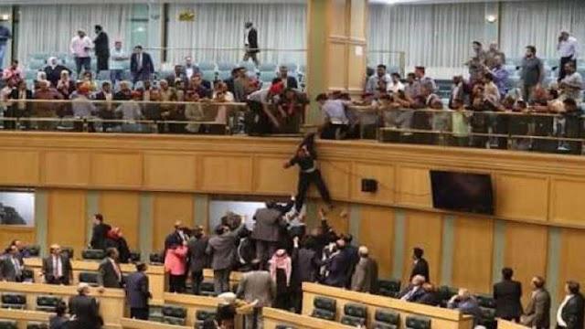 بالفيديو مواطن أردني يقفز من شرفة مجلس النواب.؟