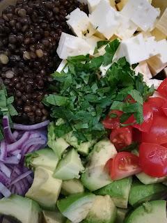 Linsensalat aus Belugalinsen und Avocado und Feta