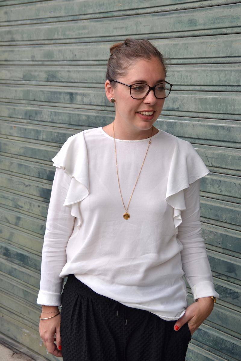 pantalon jogger noir H&M, blouse a volants H&M, collier médaille Amour