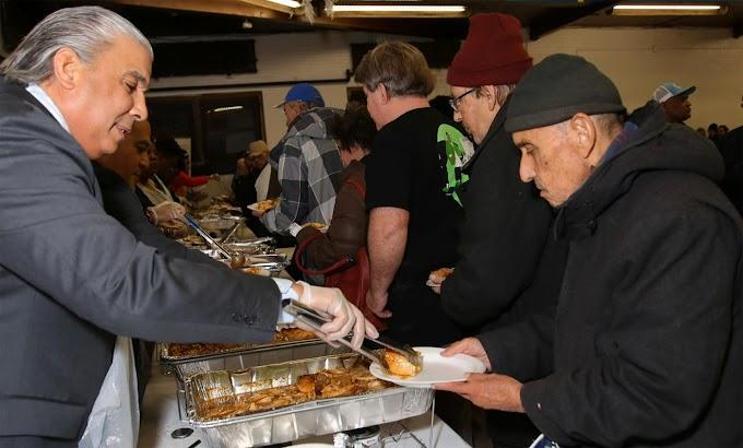 En gesto de humildad cónsul Castillo sirve pavos a numerosos envejecientes en centro de Yonkers