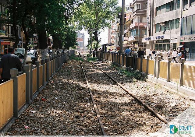 İzmit yürüyüş yolunun yerinde eskiden demir yolu vardı ve tren geçerdi.