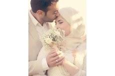 5 Alasan Dan Makna Mendalam Suami Cium Kening Istri