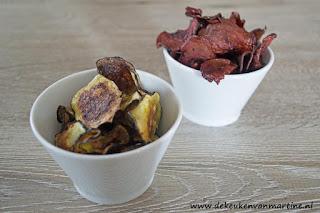 Chips van aubergine (voor) en rode biet (achter) uit de airfryer