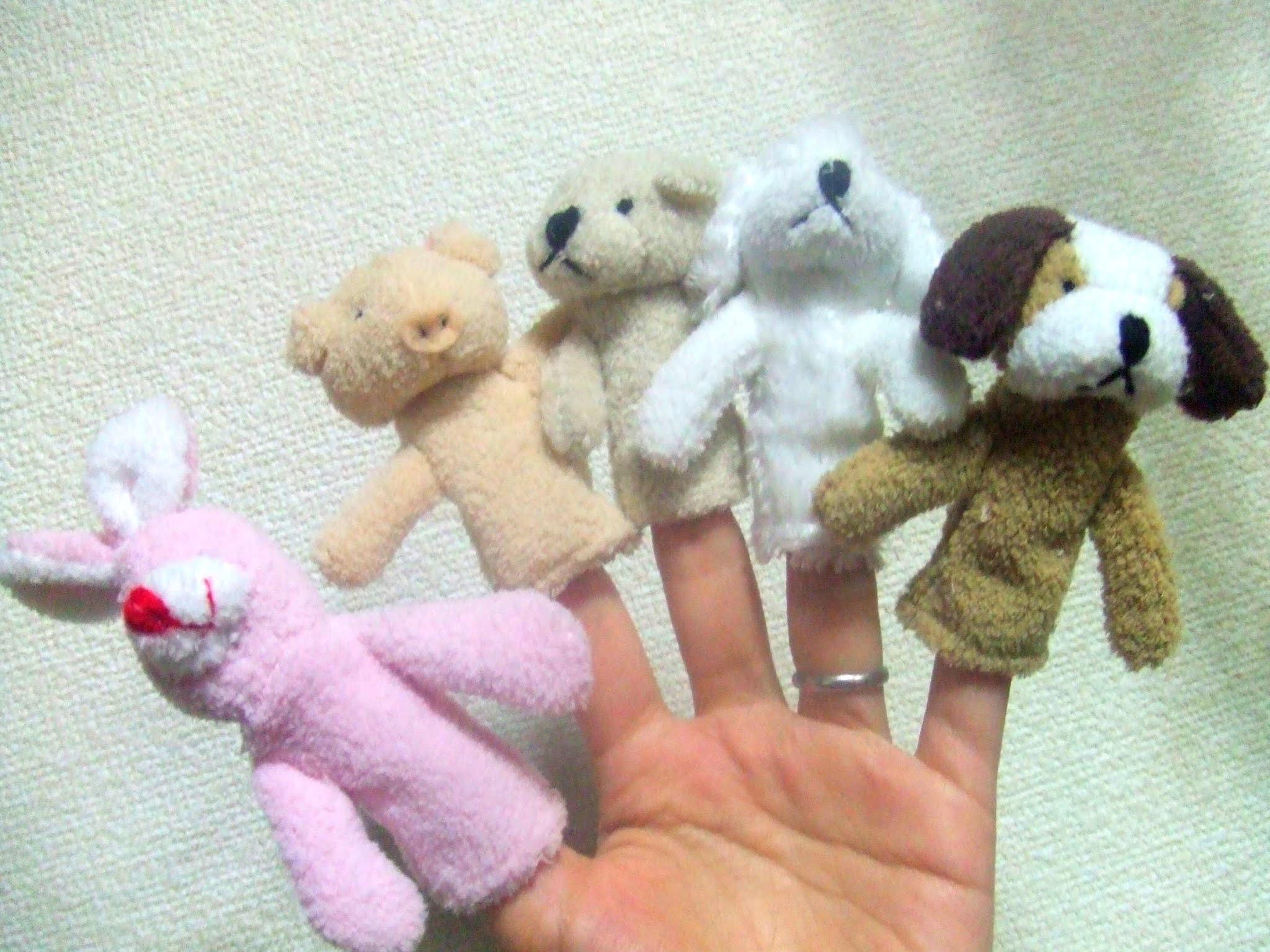 うさぎ、いぬ、ブタ、クマのぬいぐるみの指人形の写真素材です。兎 犬 豚 熊 くま ぶた