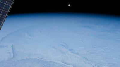 NASA compartilha imagem congelada do nascer da lua tirada do espaço