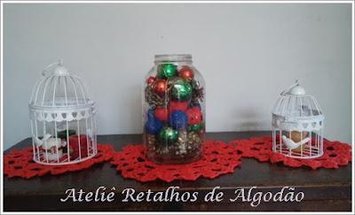 Caminho de mesa de crochê feito com toalhinhas e vidro decorado para o Natal