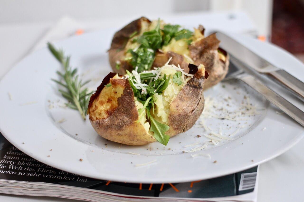 Ofenkartoffeln mit Salatfüllung