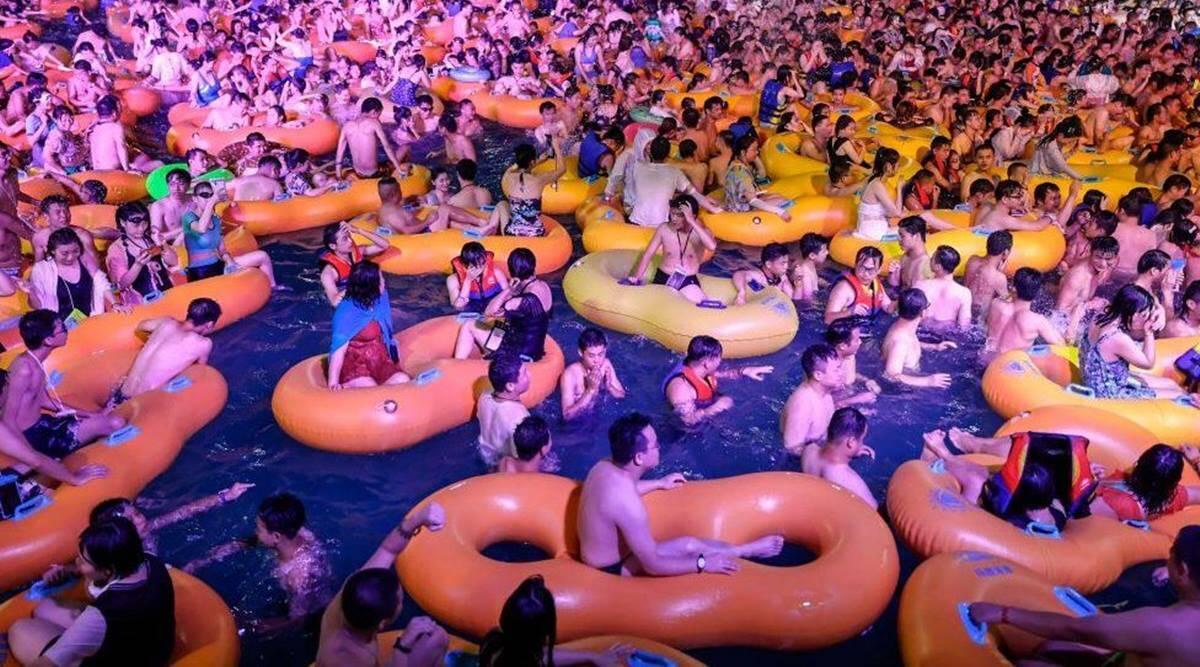 في الصين.. الآلاف يحتفلون جنبًا إلى جنب في متنزه ووهان المائي بدون أقنعة