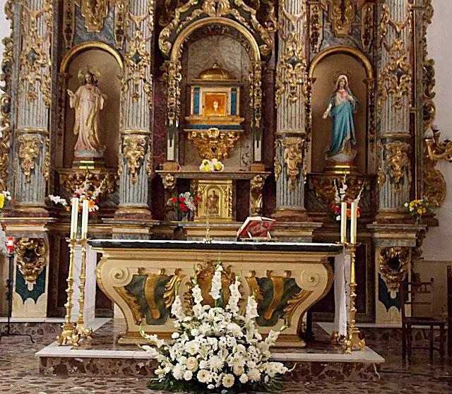 Altar com as hóstia na ambula de cristal.