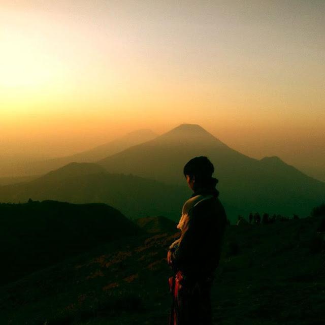 foto pemandangan sunrise gunung prau keren