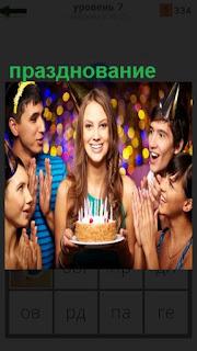 Девушка несет торт со свечами, празднование дня рождения