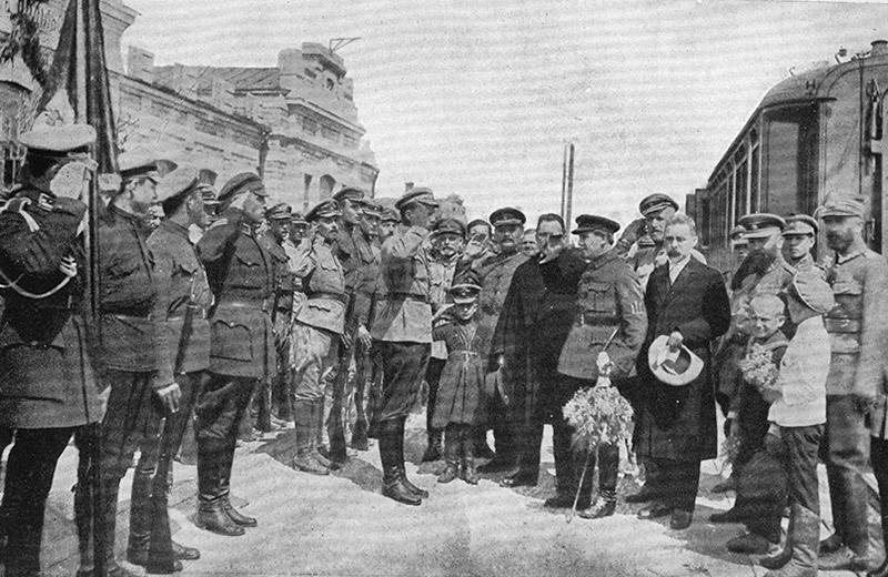 Іван Огієнко (з капелюхом у руці) поряд із Симоном Петлюрою. Кам'янець-Подільський
