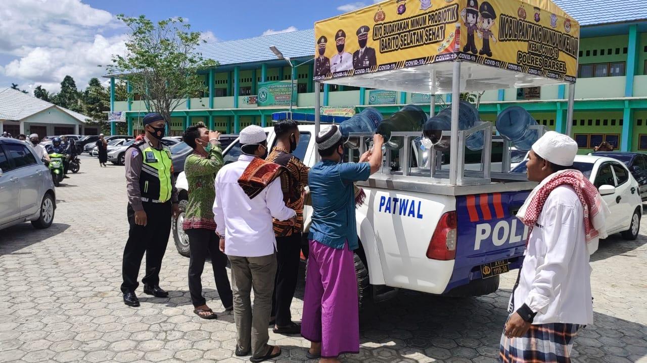 Jumat Berkah, Mobil Kebal Covid-19 Polres Barsel Bagikan Minuman Suplemen Kepada Jemaah Sholat