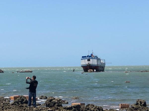 PF encontra carga de cigarro contrabandeado em barco encalhado em Cajueiro da Praia