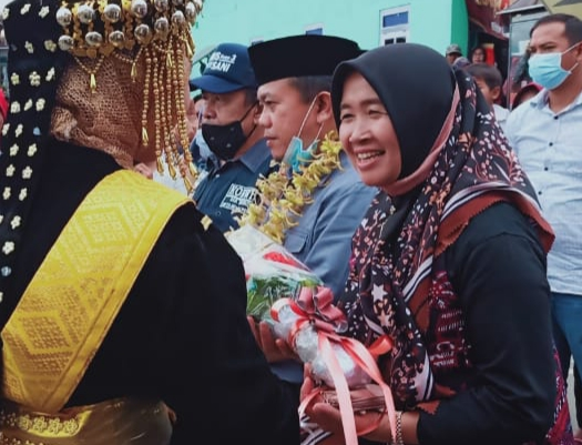 Pulang Kampung Negeri Jujun, Al Haris dan Istri Disambut Kalungan Bunga