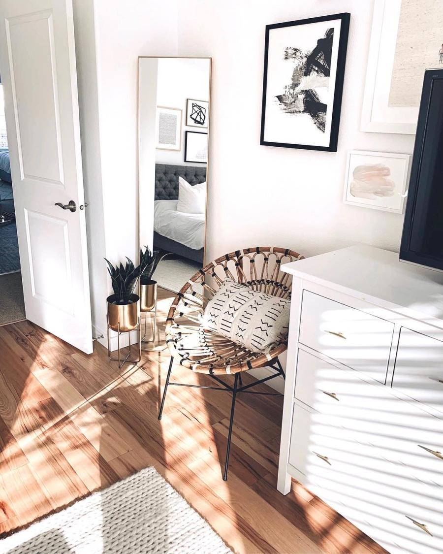Proste i przytulne wnętrze w bieli, wystrój wnętrz, wnętrza, urządzanie domu, dekoracje wnętrz, aranżacja wnętrz, inspiracje wnętrz,interior design , dom i wnętrze, aranżacja mieszkania, modne wnętrza, białe wnętrza, wnętrza w bieli, styl skandynawski, minimalizm, naturalne dodatki, jasne wnętrza, sypialnia, foel, lustro