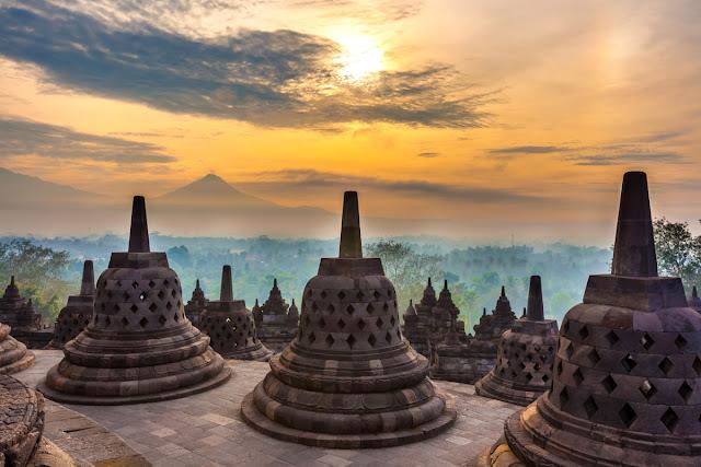 Ngôi chùa Phật giáo Đại thừa được xây dựng vào thế kỷ thứ 9 và có thể được gọi là biểu tượng của Indonesia. Một trong những khu bảo tồn dễ nhận biết nhất trên thế giới cũng là điểm thu hút khách du lịch nhất trong cả nước đã được UNESCO bảo vệ. Ngôi chùa là một quần thể gồm 6 bục vuông, được trang trí bằng phù điêu và 504 tượng phật. Từ trên cao toàn bộ phức hợp trông giống như một mạn đà la Phật giáo.