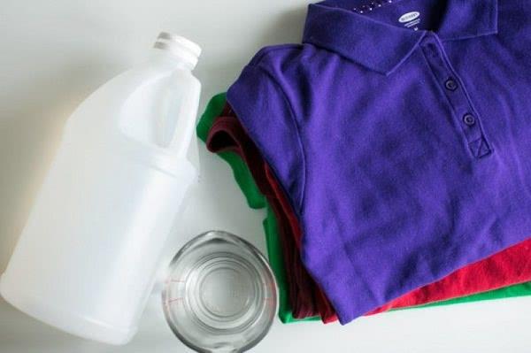3 cách tẩy quần áo bị dính màu