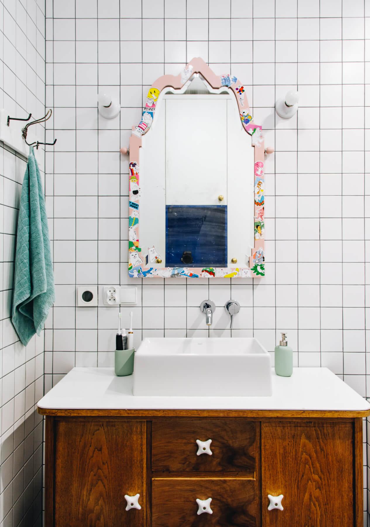 stara komoda pod umywalką
