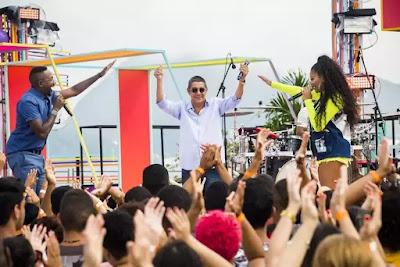 Zeca Pagodinho anima a plateia e os apresentadores na estreia do 'SóTocaTop Verão'