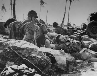 Japonés rindiéndose a un pelotón de Marines