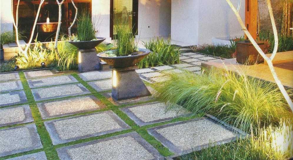 Desain Taman Belakang Rumah Minimalis dengan Lantai Keramik dengan Bunga yang Indah