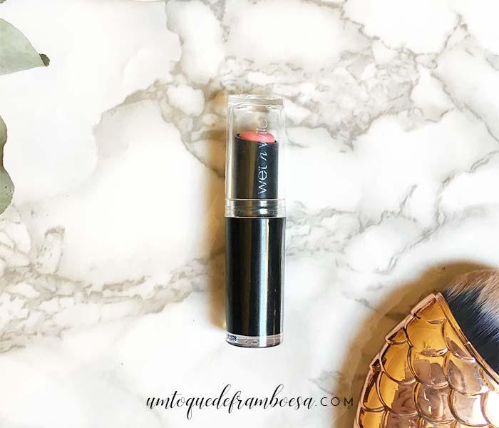 Resenha do batom Wet'n Wild Megalast cor Pinkerbell, um rosinha fofo e vibrante
