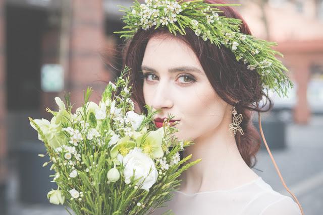 Fryzura ślubna boho z wiankiem z polnych kwiatów