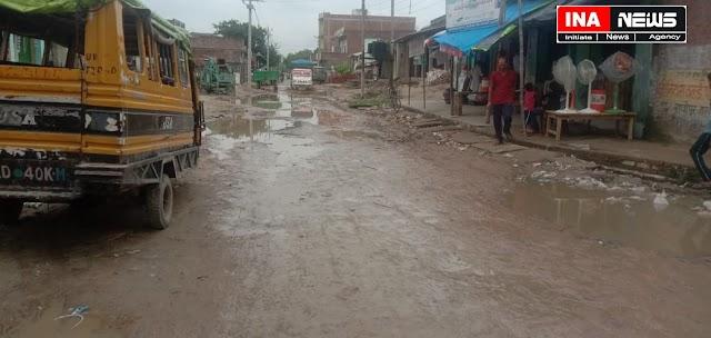 सड़क की हालत खराब, मार्ग के बीच में पानी भरे गड्ढों से गुजर रहे राहगीर परेशान