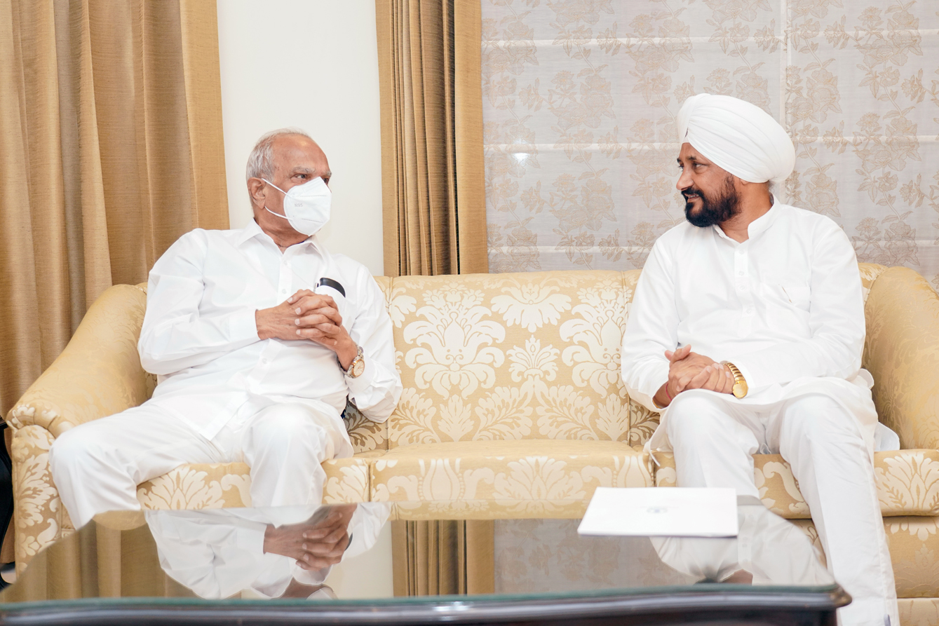 मुख्यमंत्री ने किसानों के साथ जुड़े अहम मसलों पर राज्यपाल को प्रधानमंत्री के नाम ज्ञापन सौंपा