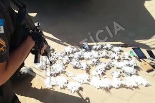 http://vnoticia.com.br/noticia/3967-policia-militar-apreende-275-pinos-de-cocaina-e-705-sacoles-de-maconha-em-santa-clara