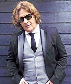 Foto de Miguel Mateos con saco y corbata