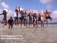 wisatawan melompat