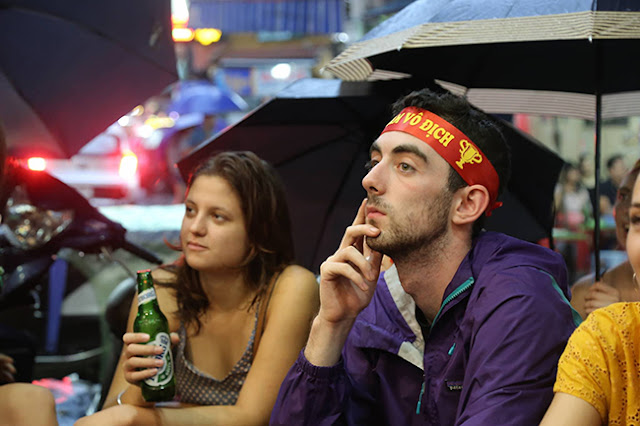 Photo: Foreign tourists also sad when Vietnam loses Korea 5