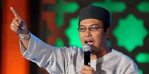 Mengharukan! Diajak Uje Makan Di Restoran, Waria Ini Besoknya Langsung Shalat Berjamaah Di Masjid