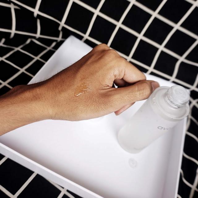 Teksturnya watery gitu, dan mudah menyerap di kulit wajah dengan cepat.