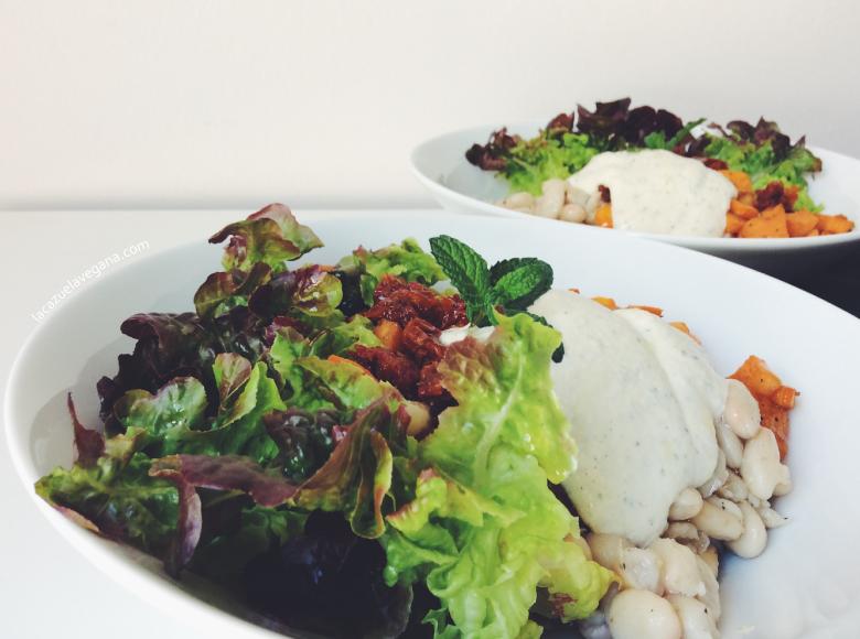 Ensalada otoñal de alubias, boniato y salsa hierbabuena