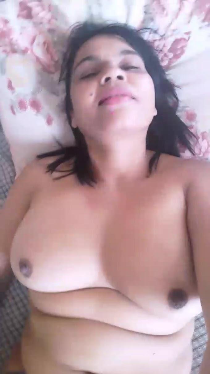 Latina mostrando a buceta