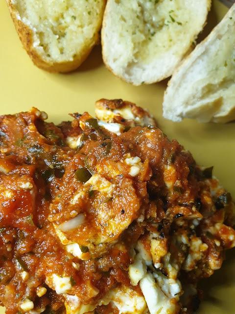 Zapiekany ser feta w sosie pomidorowym