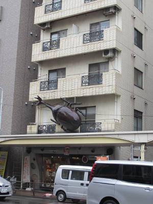 Foto de escultura de escarabajo gigante en ela fachada de un edificio de Asakusa (Tokyo)